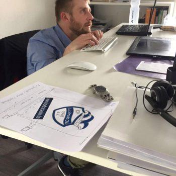 Philipp hat sich noch nicht mit den ergonomischen Möglichkeiten der Büromöbel anfreunden können. (© Orths Medien GmbH)