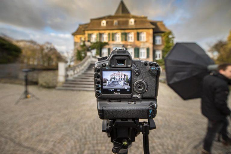 Die Fassade von Schloss Linnep im Kamerafokus
