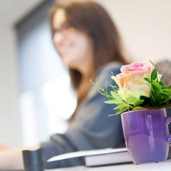 Andrea und Anne wurden zum Weltfrauentag mit Blumen überrascht. (© Orths Medien GmbH)