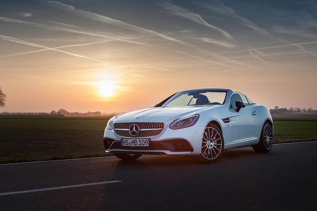 Eine Fotoproduktion, sie zeigt ein Mercedes Cabrio in Heinsberg im Hintergrund ein Sonnenuntergang