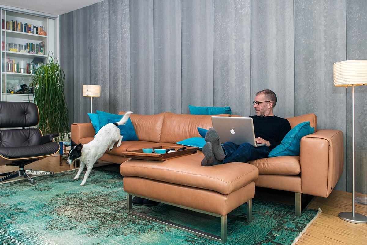 Eine Werbeaufnahme für ein Moebelhaus in Geilenkirchen man sieht eine Couch einen Tisch und Regale
