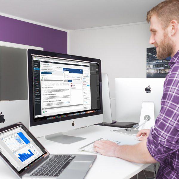 Ein SEO Manager überwacht den Traffic einer Webseite