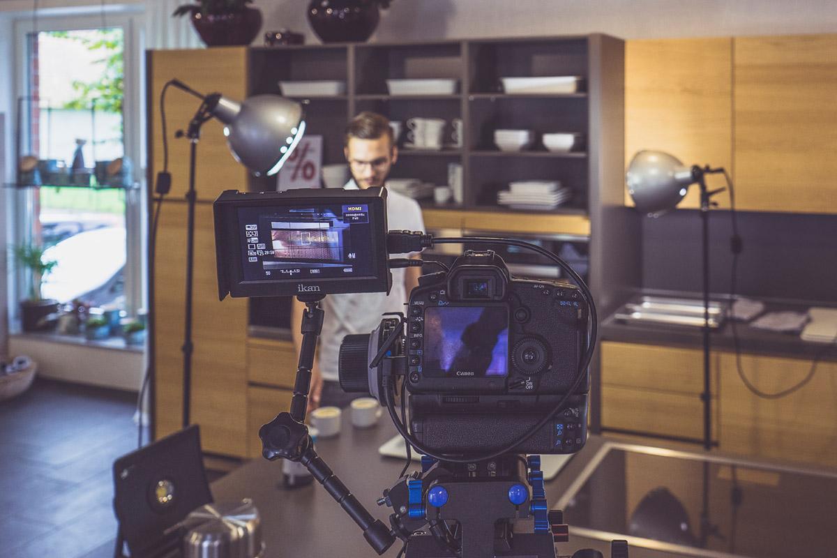 Eine DSLR Kamera wird für Videoaufnahmen verwendet