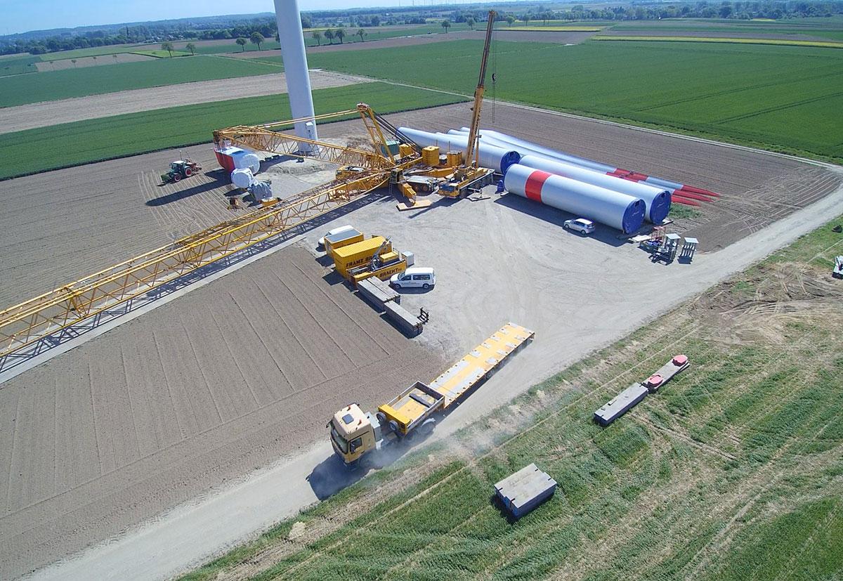 Ein Screenshot einer Drohnenluftaufnahme von der Installation eines Windrades von BMR