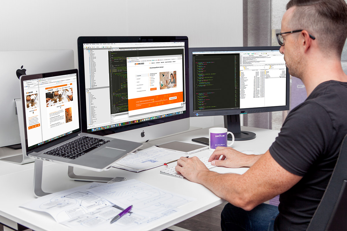 Ein Webdesigner aus Heinsberg programmiert eine Webseite
