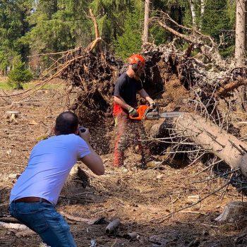Ralf macht Bilder von der Holzernte (© Orths Medien GmbH)