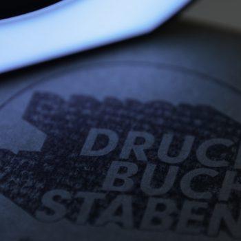 Versand kann so schön sein: Das Druckbuchstaben-Logo auf einem Paket (© Orths Medien GmbH)