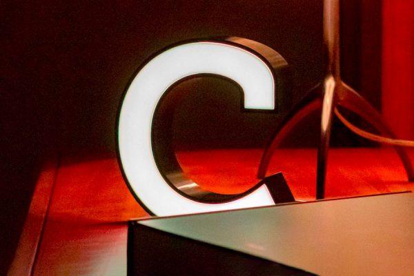 Der Druckbuchstabe c leuchtet in den Abend (© Orths Medien GmbH)