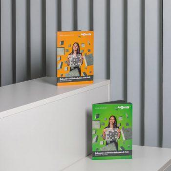 Die druckfrischen Kataloge (© Orths Medien GmbH)
